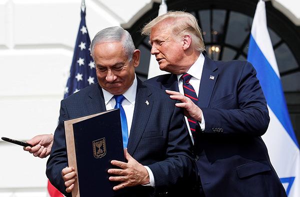 9月15日,美国总统特朗普(右)在美国华盛顿白宫主持以色列与阿联酋和巴林关系正常化协议签署仪式。图为特朗普与以色列总理内塔尼亚胡出席仪式。
